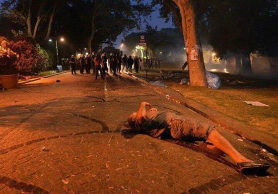 muerto por impacto en la cabeza bote de gas lacrimógeno, usado como munición; según fuentes no oficiales.