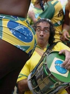 tipico futbolero mirando culo brasileña